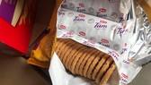 Những mẩu bánh quy đã hết date sử dụng từ tháng 2 năm ngoái nhưng vẫn được dập lại date để bán. Ảnh do Bộ Công thương cung cấp