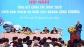 Thủ tướng Nguyễn Xuân Phúc đánh giá cao những kỳ tích về xuất khẩu hàng hóa trong năm 2020. Ảnh: VIẾT CHUNG