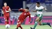 Quang Hải (trái) thể hiện sự vượt trội về trình độ so với các cầu thủ Indonesia. Ảnh: KHƯƠNG DUY