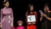 """Ekip đoàn phim """"Người vợ ba"""" trên sân khấu nhận giải Phim châu Á xuất sắc nhất tại LHP Toronto 2018"""
