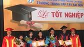 """Gần 600 """"cụ"""" sinh viên nhận bằng tốt nghiệp trung cấp"""