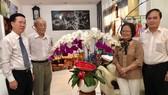 Trưởng ban Tuyên giáo Trung ương thăm và chúc mừng Giáo sư Trần Hồng Quân