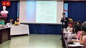 TS Nguyễn Tấn Đại, Trưởng đại diện Văn phòng Đại học Pháp ngữ tại TPHCM trình bày tham luận đảm bảo chất lượng trong đào tạo trực tuyến của Việt Nam