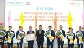 Trường ĐH Công nghệ TPHCM nhận Huân chương Lao động hạng Nhất