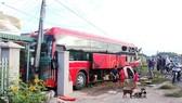Cú va chạm mạnh khiến xe khách nhà xe Kim Thành đâm vào trụ điện và tông sập hàng rào nhà người dân bên đường