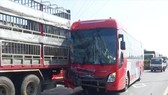 Xe giường nằm tông đuôi xe tải, 30 hành khách hoảng loạn