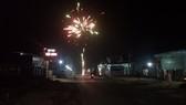 Pháo hoa được đốt sáng rực trong đêm giao thừa  đón chào năm mới 2018 tại xã Ia Tô