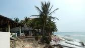 Cảnh tượng tan hoang tại các resort do bị biển xâm thực.