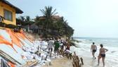 Bãi biển bị phá hủy, du khách không còn lối đi dạo.