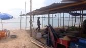 Bờ biển thuộc bái Sau biển Mũi Né bị resort chặn ngang.