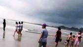 Các nạn nhân xấu số được người dân đưa lên bờ. Ảnh: NDCC