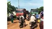 Xe ben, xe trọng tải lớn bị người dân chặn lại.