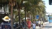 Khách nước ngoài du lịch tại Mũi Né vẫn thản nhiên ra đường nhưng không hề đeo khẩu trang.