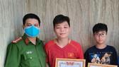 Ngoài bằng khen của Chủ tịch UBND tỉnh Bình Thuận, 2 em học sinh này còn được UBND phường Lạc Đạo tặng giấy khen. Ảnh: UBND phường Lạc Đạo cung cấp