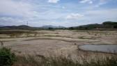 Nhiều khu vực giáp ranh TP Phan Thiết (tỉnh Bình Thuận) người dân phải hứng từng chậu nước máy chảy nhỏ giọt để phục vụ nhu cầu sinh hoạt.