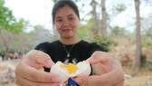 Trải nghiệm luộc trứng gà tại suối nước nóng Bưng Thị.