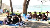 Nhiều người dân và du khách còn lơ là, chủ quan khi tập trung đông người, không đeo khẩu trang tại những nơi công cộng.