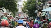 Lượng người đổ về các chợ ở TP Phan Thiết mua sắm rất đông.
