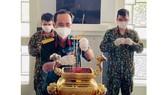 Quân đội tiếp nhận, thắp nhang và bàn giao tro cốt cho gia đình có thân nhân mất vì Covid-19