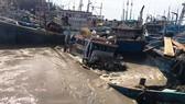 Hàng chục tàu thuyền của ngư dân thị xã La Gi bị nước lũ cuốn trôi trong đêm.