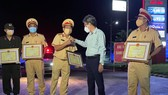 Khen thưởng đột xuất lực lượng CSGT đã kịp thời phát hiện 15 người trong thùng xe đông lạnh để vượt chốt kiểm dịch về quê.