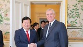 Deputy Prime Minister Trinh Dinh Dung (L) and the Duke of York Prince Andrew (Photo: baochinhphu.vn)