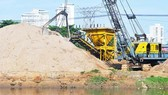 Traffic projects have been behind schedule because of construction sand shortage and price rocketing (Photo: SGGP)