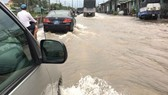 Flooding raises many difficulties for HCMC residents (Photo: SGGP)