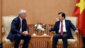 Deputy PM Trinh Dinh Dung (R) receives Chairman and CEO of Canada's Transportation Vision Group Richard Courey in Hanoi (Photo: http://news.chinhphu.vn)
