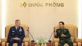 Senior Lieutenant General Phan Van Giang, Chief of the General Staff of the Vietnam People's Army (R), and his guest (Photo: qdnd.vn)