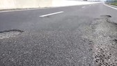 Potholes occur in Da Nang-Quang Ngai Expressway that has been openned to traffic for a short time