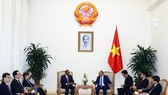 At the meeting between Vietnam's Prime Minister Nguyen Xuan Phuc and Singapore's Minister for Home Affairs and Minister for Law Shanmugam (Photo VNA)