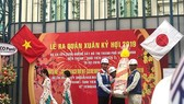 Deputy chairman  of HCMC People's Committee Tran Vinh Tuyen (L) gives workers of Ben Thanh-Suoi Tien metro project New Year presents (Photo: SGGP)