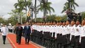 RoK President Moon Jae-in and Brunei Sultan Hassanal Bolkiah inspect guard of honour (Source: yonhap)