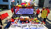 Environmental activists demonstrate outside the Canadian Embassy in Manila on May 21 (Source: AFP/VNA)