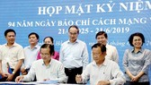 HCMC leaders witness the signing of the communication coordination program between the city Party Committee's Propaganda and Education Board and press agencies on June 19 (Photo: SGGP)