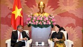 National Assembly Chairwoman Nguyen Thi Kim Ngan (R) and Chief Justice of the Supreme Court of Singapore Sundaresh Menon at the meeting in Hanoi on September 16 (Photo: VNA)