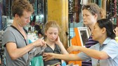 Foreign visitors go shopping Ben Thanh market in HCMC (Photo: SGGP)