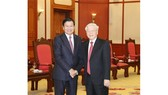 Party General Secretary and President Nguyen Phu Trong (R) meets Lao Prime Minister Thongloun Sisoulith, October 1 (Photo: VNA)