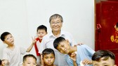 Mr. Nguyen Thanh Tong and the children at Mai am Tre Xanh (Green Bamboo Shelter). (Photo: SGGP)