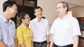 Secretary of the Ho Chi Minh City Party Committee Nguyen Thien Nhan meeting with young resource planning employees