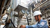 A worker operates equipment at Phu My 1 thermal power plant in Ba Ria-Vung Tau province of Vietnam (Photo: VNA)
