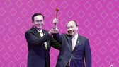 Thai Prime Minister Prayut Chan-o-cha (L) hands the chairmanship hammer to his Vietnamese counterpart Nguyen Xuan Phuc at the ceremony in Bangkok on November 4 evening (Photo: VNA)