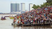 People gather by the Tonle Sap river in Phnom Penh during last year's Water Festival (Source: www.phnompenhpost.com)