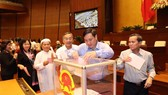 Legislators cast their ballots on the dismissal of the two officials on November 22 (Photo: VNA)