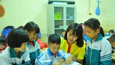 A teacher and first graders at Cuc Phuong Primary School in the northern province of Ninh Binh's Nho Quan District during a mathematics class. (Photo: VNA/VNS)