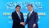 Korean President Moon Jae-in (R) and his Philippine counterpart Rodrigo Duterte (Source: YONHAP/VNA)