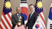 Korean President Moon Jae-in (R) and Malaysian Prime Minister Mahathir Mohamad (Photo: Yonhap)