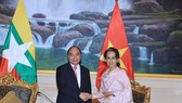 Prime Minister Nguyen Xuan Phuc (L) and State Counsellor of Myanmar Aung San Suu Kyi (Photo: VNA)