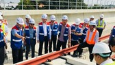 Above-ground rail installation of Ben Thanh-Suoi Tien metro line (Photo: SGGP)